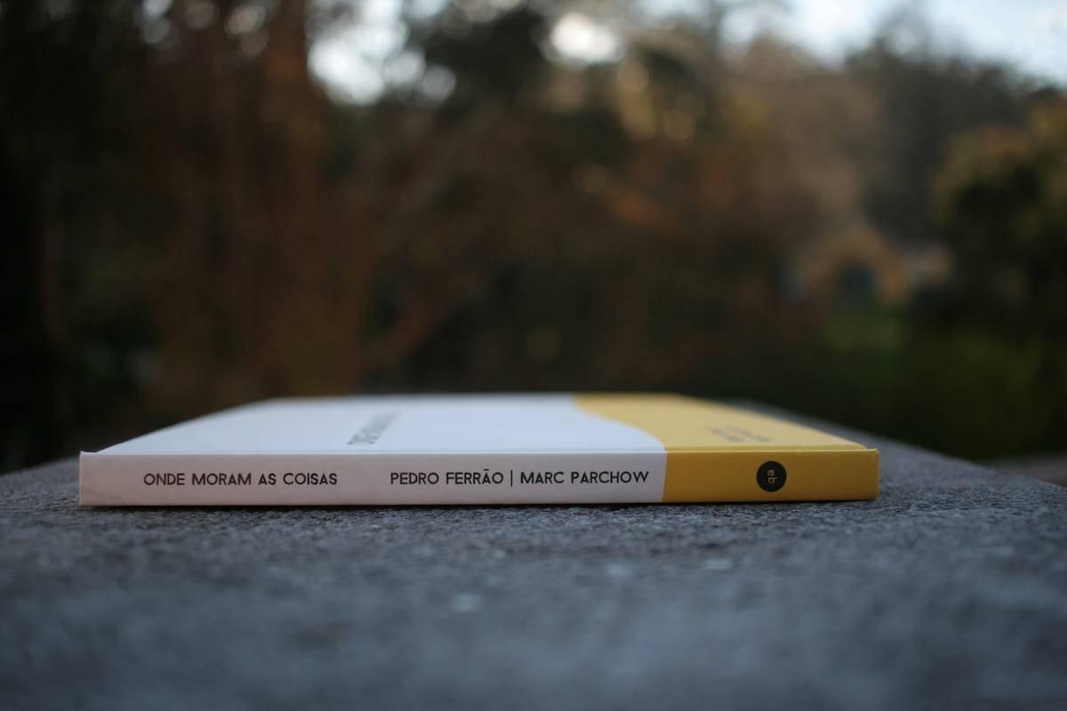 Livro Onde Moram as Coisas visto de lado