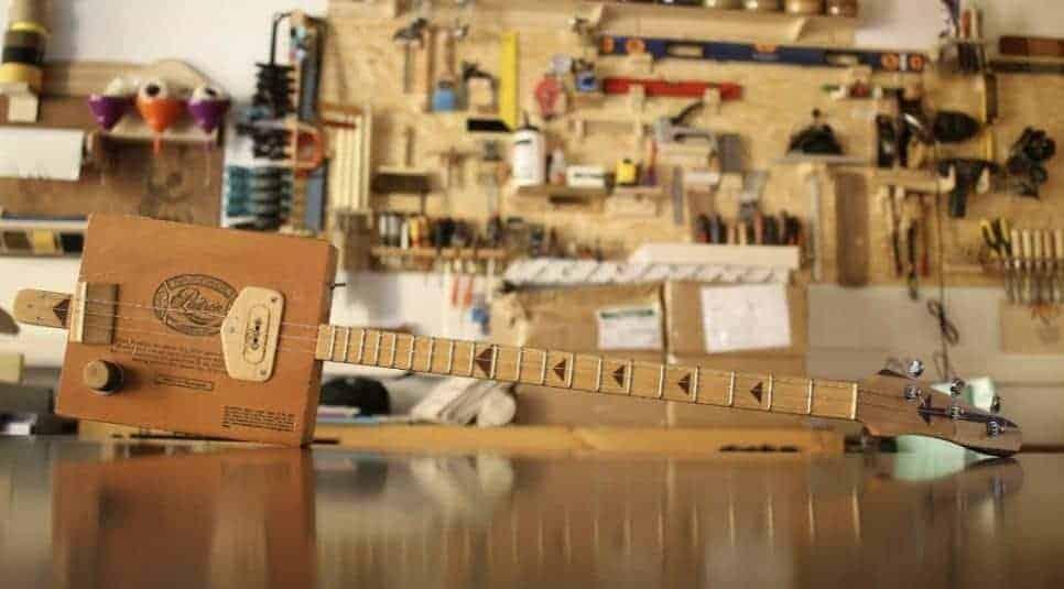 Guitarra de Caixa de Charuto feita na oficina do erro