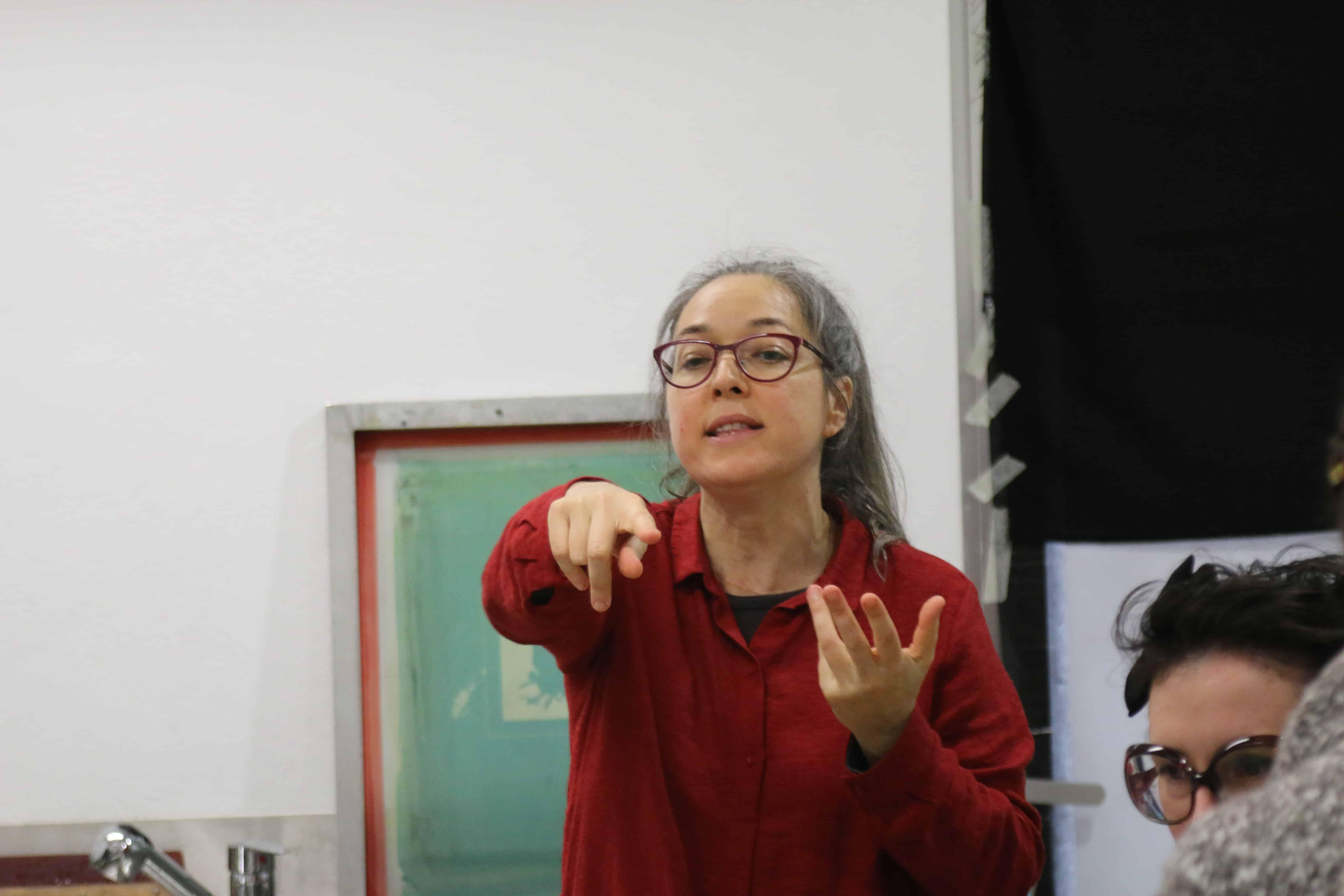 Conceição na oficina de serigrafia